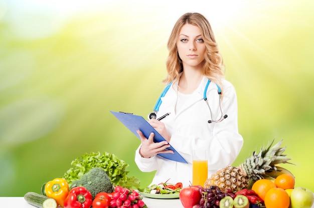 Retrato de nutricionista feliz com legumes frescos