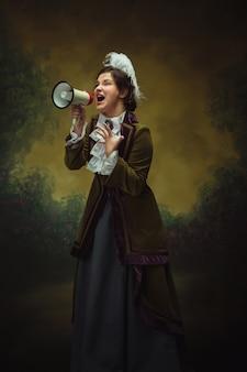Retrato de olhar moderno e moderno do período renascentista mulher bonita comparação de estilo retro de eras