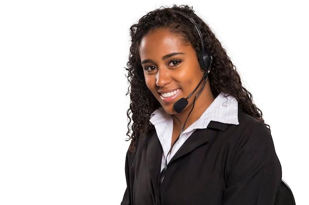 Retrato de operador de computador de suporte ao cliente feminino feliz e sorridente isolado