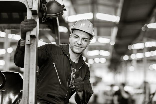 Retrato de operário caucasiano bonito inteligente com roupas de segurança. fotografia em preto e branco de arte industrial.