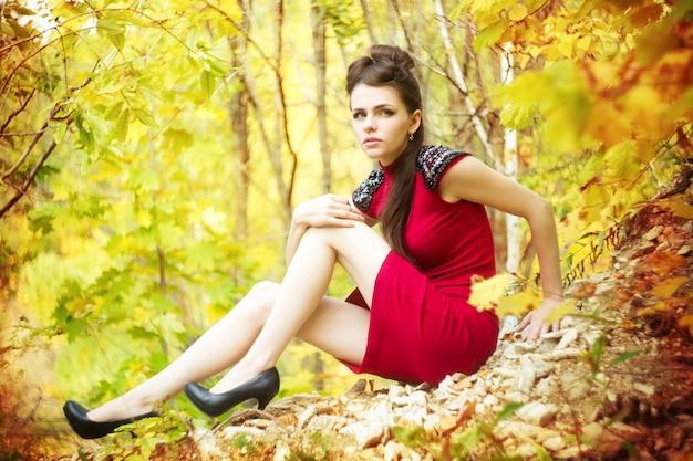 Retrato de outono de mulher jovem e bonita na natureza