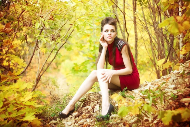 Retrato de outono de mulher jovem e bonita na natureza Foto Premium