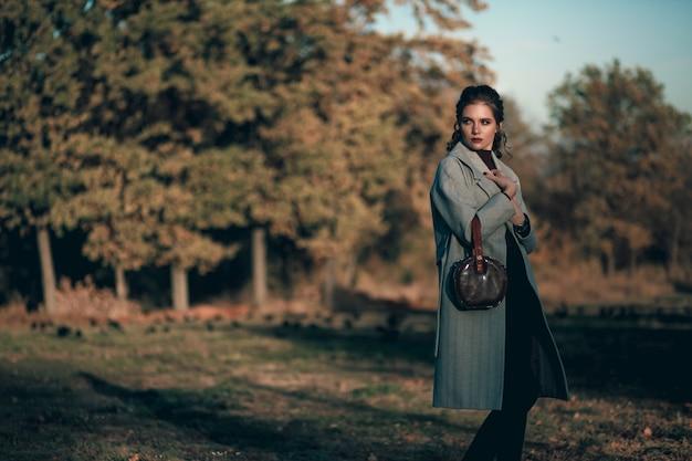 Retrato de outono de uma garota estilosa
