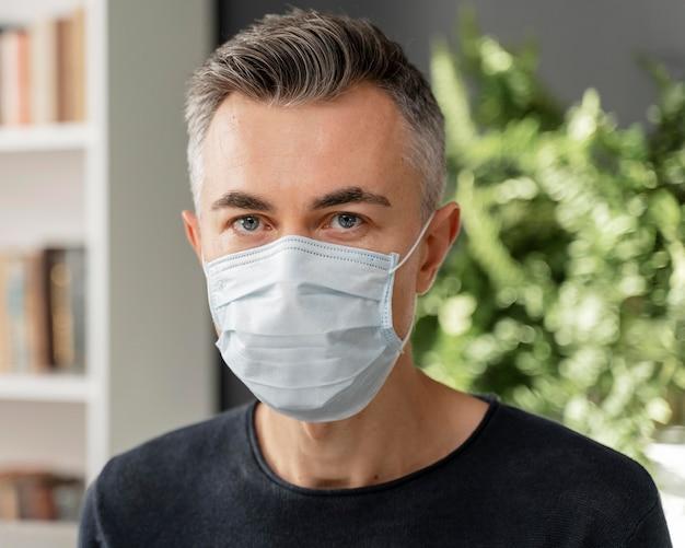 Retrato de paciente com máscara em consultório de terapia