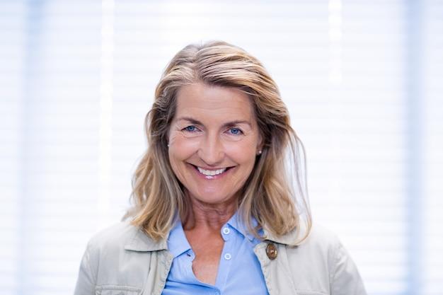 Retrato de paciente do sexo feminino sorridente