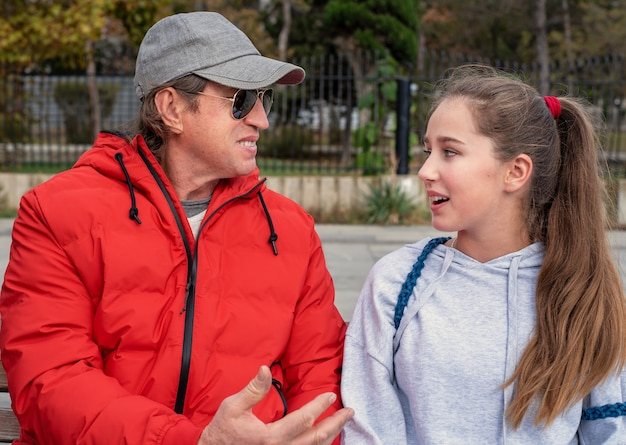 Retrato de pai e filha conversando.