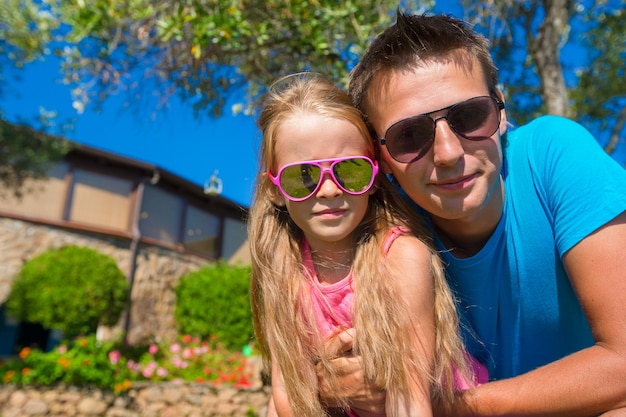 Retrato, de, pai, e, filha pequena, em, tropicais, férias, tendo divertimento, ao ar livre
