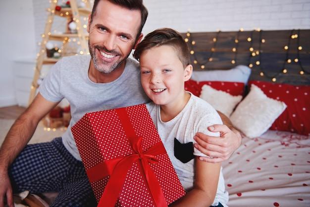 Retrato de pai e filho com presente de natal