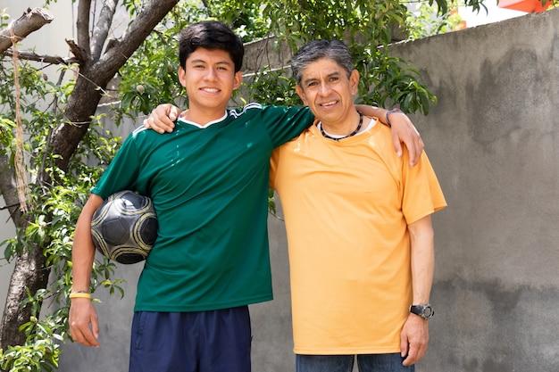 Retrato de pai e filho sorrindo enquanto se abraçam