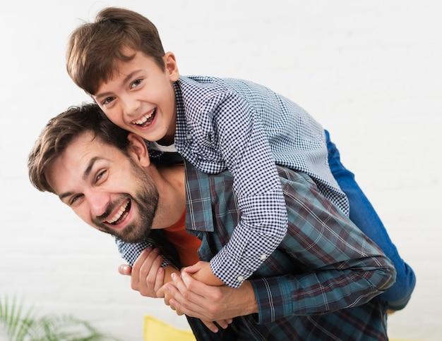 Retrato de pai feliz, abraçado por seu filho