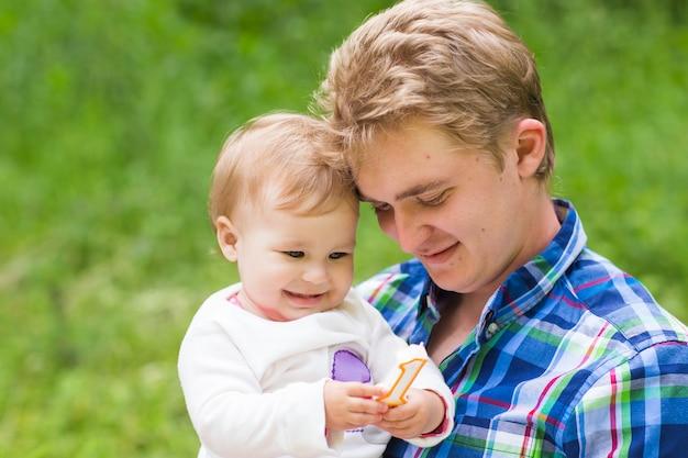 Retrato de pai feliz com a filha no parque de verão.