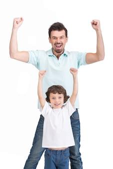 Retrato de pai feliz e seu filho sorridente.