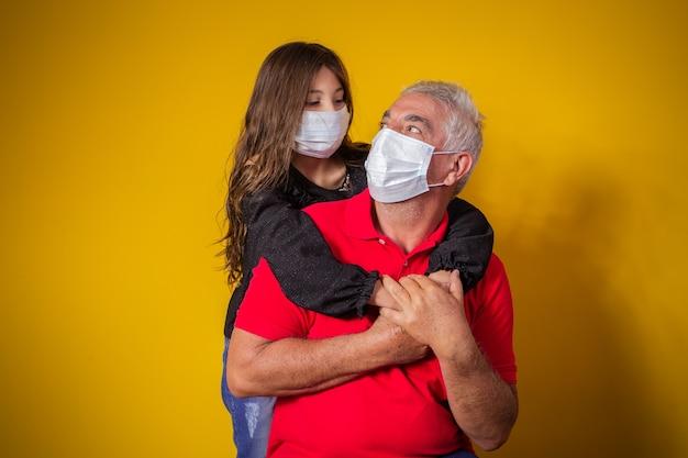 Retrato de pai idoso com filha de criança usando máscara. pai e filha usando máscara para proteger covid 19, quarentena. fique em casa conceito. dia dos pais!