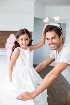 Retrato, de, pai sorridente, com, faixa borboleta, e, filha