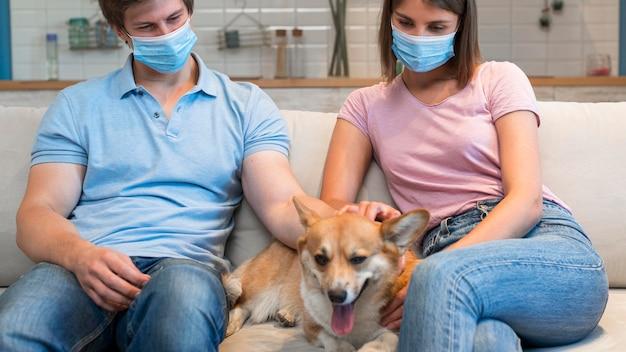 Retrato de pais acariciando o cachorro da família