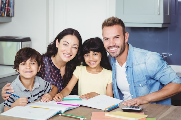 Retrato de pais felizes ajudando crianças