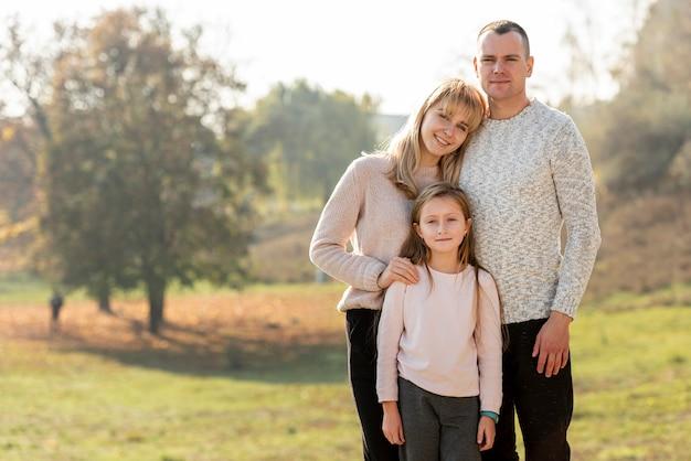 Retrato de pais felizes e filha adorável