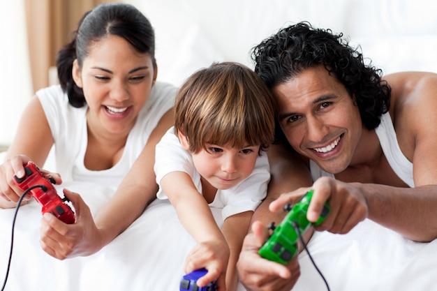 Retrato de pais sorrindo jogando videogames com seu filho