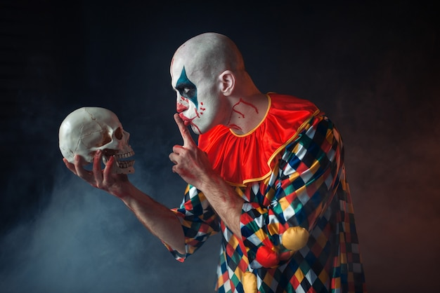 Retrato de palhaço louco e sangrento mostra o sinal de silêncio