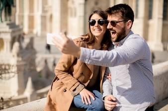 Retrato, de, par amoroso, levando, selfie