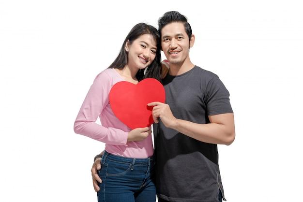 Retrato, de, par asiático, abraçar, e, segurando, vermelho, papel, corações