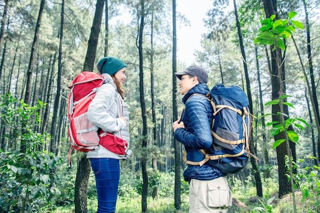 Retrato, de, par asiático, com, mochila, olhando um ao outro