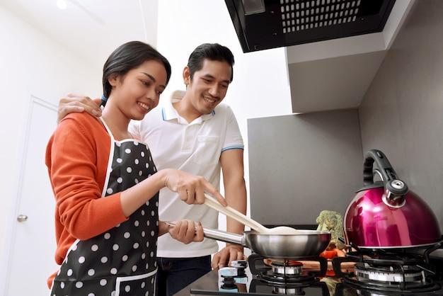 Retrato, de, par asiático, sorrindo, e, cozinhar, junto
