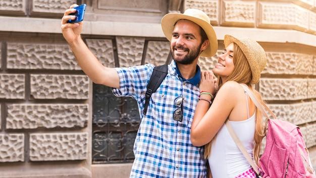 Retrato, de, par feliz, levando, selfie, ligado, smartphone