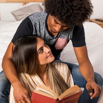 Retrato, de, par interracial, leitura, junto
