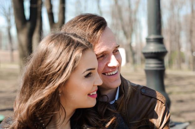 Retrato, de, par jovem, apaixonado, em, um, parque