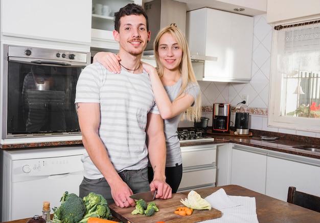 Retrato, de, par jovem, ficar, cozinha
