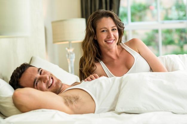 Retrato, de, par jovem, relaxante, cama