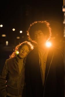 Retrato, de, par jovem, saindo, à noite