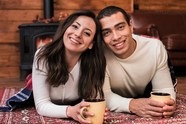 Retrato, de, par jovem, sorrindo