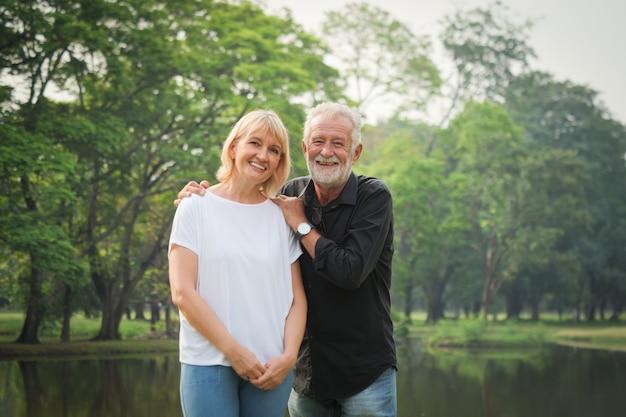 Retrato, de, par velho, aposentadoria homem, e, mulher, feliz, parque, junto