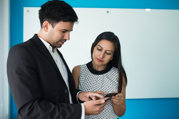Retrato de parceiros de negócios confiantes trocando contatos