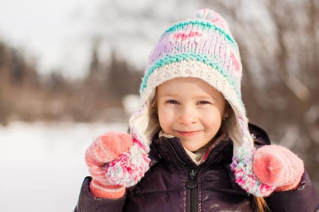 Retrato, de, pequeno, adorável, feliz, menina, em, a, neve, ensolarado, inverno, dia