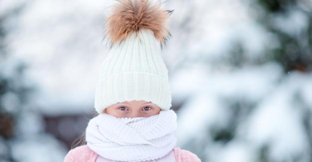 Retrato, de, pequeno, adorável, menina, em, a, neve, ensolarado, inverno, dia