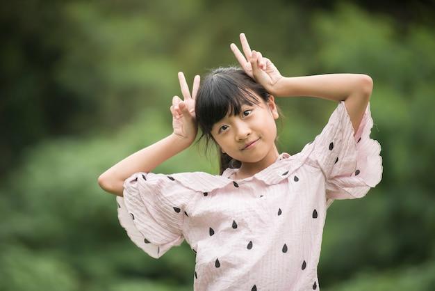 Retrato, de, pequeno, menina asiática, mostrar emoção, olhar, câmera