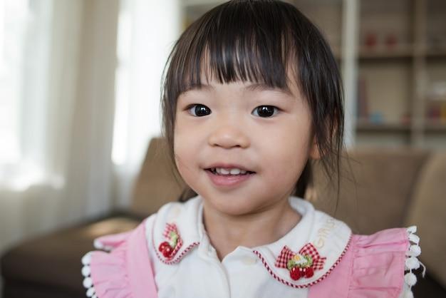 Retrato, de, pequeno, menina asiática, tocando, em, dela, lar