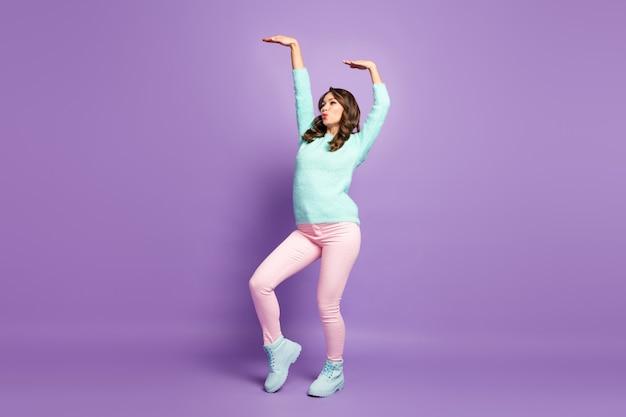 Retrato de perfil de corpo inteiro de senhora bonita arrepiante levantar as mãos dançando jovens movimentos populares modernos usar sapatos casuais calças jumper rosa pastel macios.