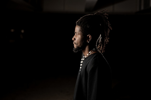 Retrato de perfil de um homem de pele negra