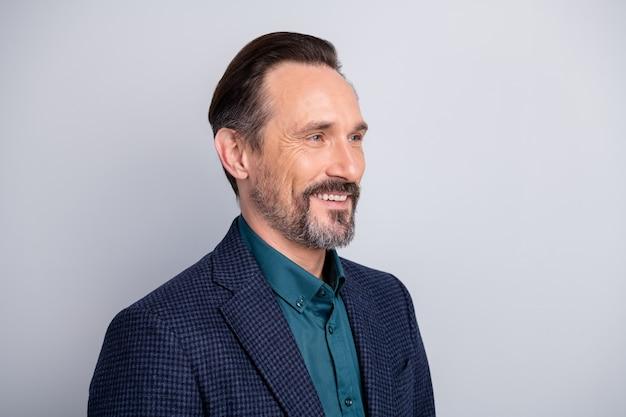 Retrato de perfil lateral de homem de meia-idade