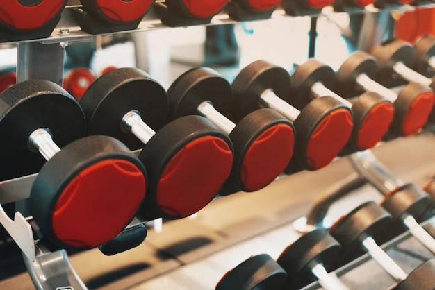 Retrato de pesos em uma academia durante o dia, rotina de esporte de manhã