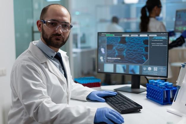 Retrato de pesquisador bioquímico especialista trabalhando em experimento clínico