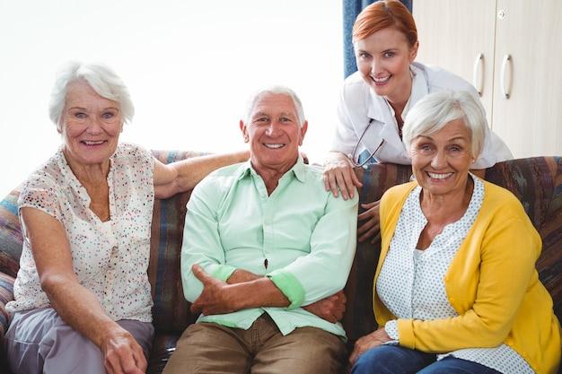 Retrato de pessoa aposentada sorridente, olhando para a câmera