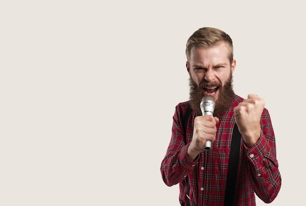 Retrato de pessoa com microfone