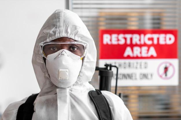 Retrato de pessoa em equipamento de proteção