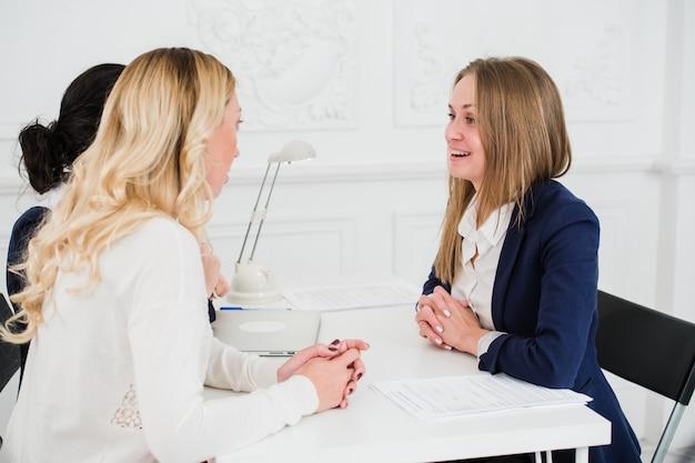 Retrato de pessoas de negócios feliz discutindo juntos no escritório