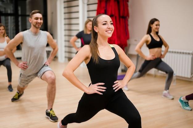 Retrato de pessoas exercitando na academia